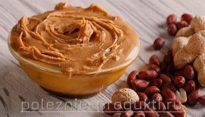 Арахисовое масло в тарелке