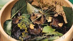 Грибы соленые с лавровым листом