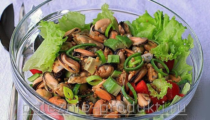 Салат с мидиями, свежими овощами и зеленью