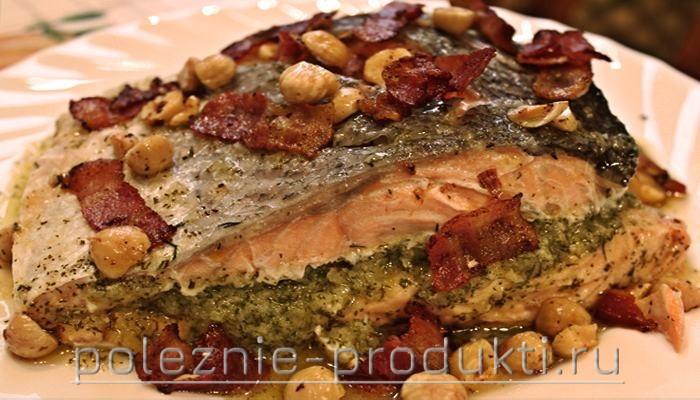 Рыба с фундуком и беконом