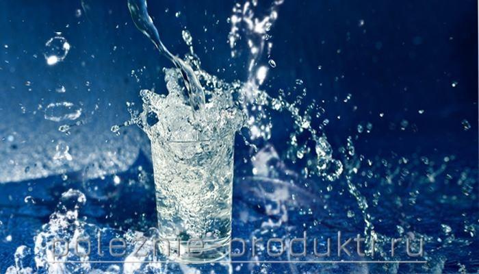 Стакан свежей минеральной воды